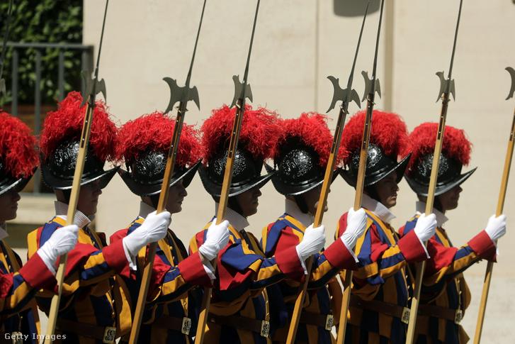 Svájci Gárdisták várják Vlagyimir Putyin orosz elnök érkezését az Apostoli Palota San Damaso udvarában