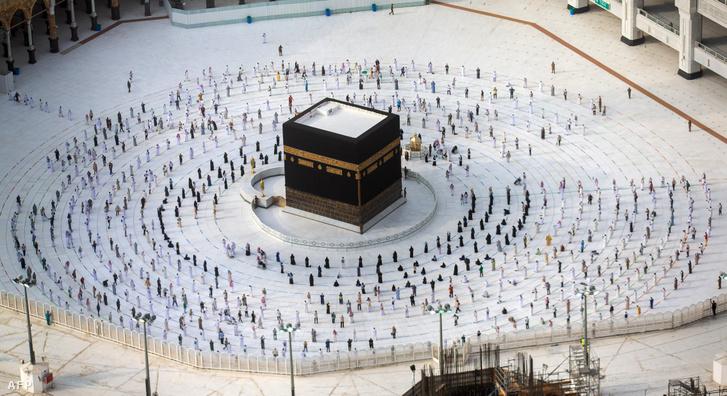Zarándokok járják körül a Kába-követ tartalmazó szentélyt a háddzs utolsó napján, 2020 augusztus 2-án, szigorú járványügyi óvintézkedések betartása mellett