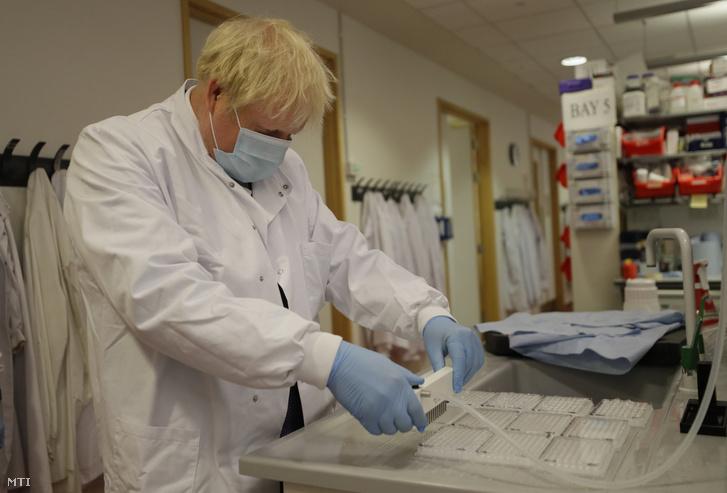 Boris Johnson brit miniszterelnök látogatást tesz az Oxfordi Egyetem Jenner Intézetében 2020. szeptember 18-án. A brit kormányfõ meglátogatta az intézet laboratóriumát és a koronavírus elleni vakcina fejlesztését vezetõ orvosokkal beszélt.
