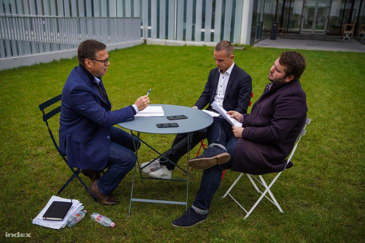 Fürjes Balázs-interjú a MOME épülete előtt, 2020. október 1.