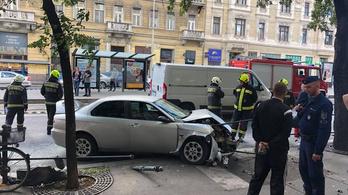Ütközött és átszakította a korlátot egy autó a Szent István körúton