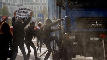 Vízágyú, fekete sisakos rendőrök és tömeges őrizetbe vételek Minszkben