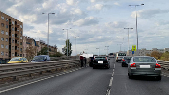 Baleset lassítja a forgalmat Budapesten az Árpád híd budai oldalán
