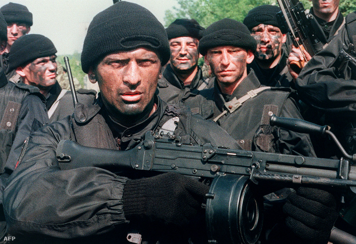 Az Arkan Tigrisei kommandós tagjai 1995. június 12-én Szlavónia szerbek által ellenőrzött területén, Kelet-Horvátország régiójában