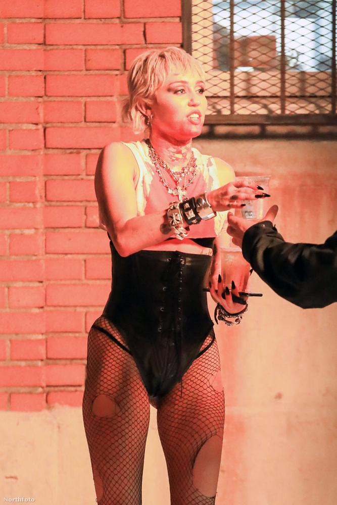 Az énekesnő hamarosan megjelenő CD-jének nemcsak a címét (She Is Miley Cyrus) ismerjük, hanem az első kislemezét, a Midnight Sky-t is, amit a VMA-n élőben is előadott