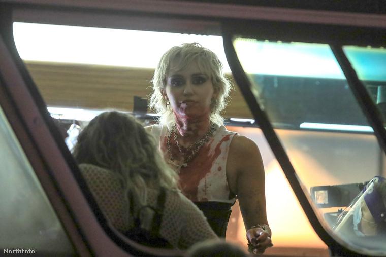 Nagy munkába van Miley Cyrus, akit Brooklynban kaptak le a lesifotósok, videoklip forgatásának szünetében