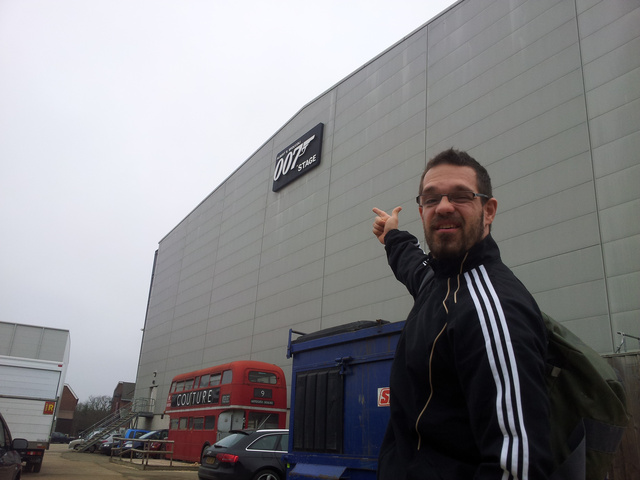 Kovács Géza a Pinewood udvarán, a Bond-filmek állandó stúdiója, az Albert Broccoli's 007 Stage előtt