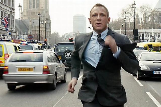 Jelent a filmből: a 007-es London belvárosában rohangál