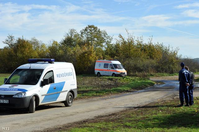Rendőrök biztosítják a helyszínt Kaposvár fészerlaki városrészének közelében