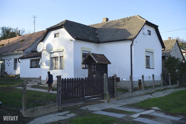 Ebben a házban élt nevelőapjával Szita Bence Felsőmocsoládon