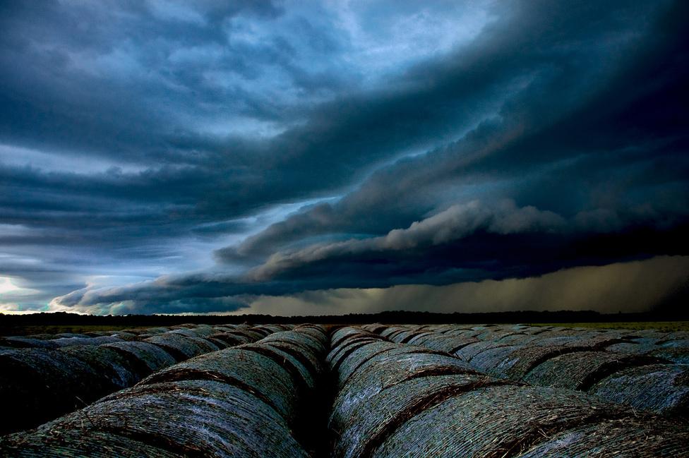 """A vihar                         """"…Talán ezért érdemes élni: kiállni a zivatarba, fedetlen fővel, csapzott hajjal, várni az istennyilát és az égzengést, farkasszemet nézni a sötét éggel és a felhőkkel, tudni, hogy Valaki a kezében tart…"""" Márai Sándor: A négy évszak című verse jutott eszembe, amikor ezt a képet készítettem Magyarországon, Szentpéterfa közelében. Egy nagyon látványos szupercella kialakulásának lehettem szemtanúja ezen az estén. Az érkező vihar hatalmas jégesőt hozott."""