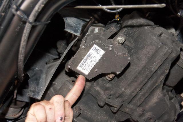 Pár csavar tartja, akár kívülről, az autó mögé fekve is könnyen ellopható a kuplungmozgató motor. Az autót nem lopják. Ezt igen