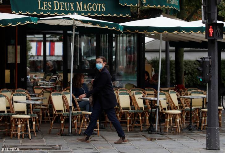 Arcmaszkos nő egy párizsi kávézó előtt október 5-én, amikor a hatóságok bejelentették az új koronavírus miatti korlátozásokat