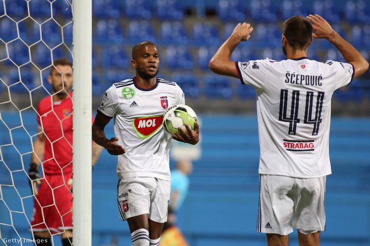 Loic Nego (középen) ünnepli gólját a Zeta ellen 2019. július 11-én