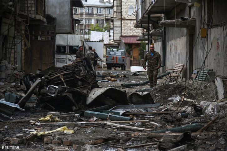Bombázás után Stepanakertben, Hegyi-Karabah régióban 2020. október 4-én