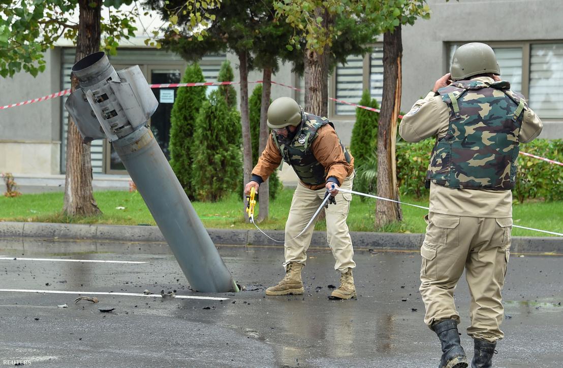 Egy fel nem robbant BM–30 Smerch rakéta az azerbajdzsáni Mingachevir városban 2020. október 5-én