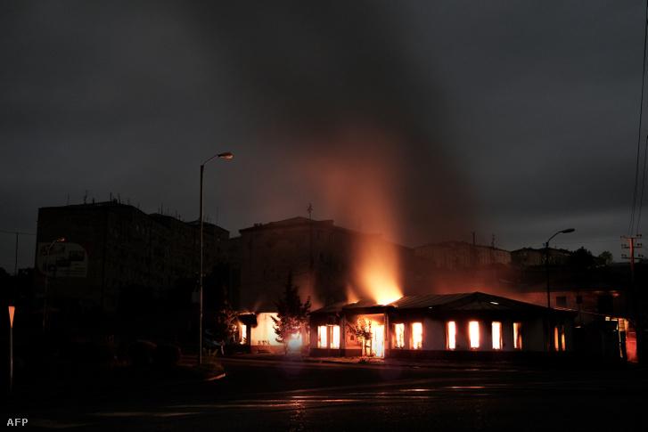 Égő épület a Hegyi-Karabah régióban bombázás után, Stepanakert 2020. október 4-én
