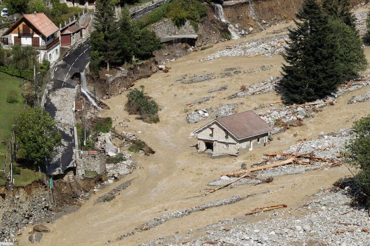 Heves esőzések miattáradásokban elmosott út Saint-Martin-Vesubie-ben 2020. október 3-án