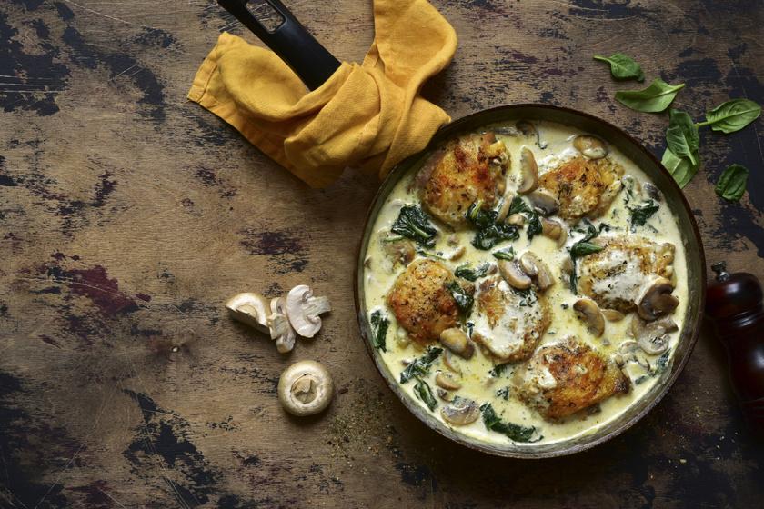 Spenótos, tejszínes szószban sült csirkecomb: gombával még jobb