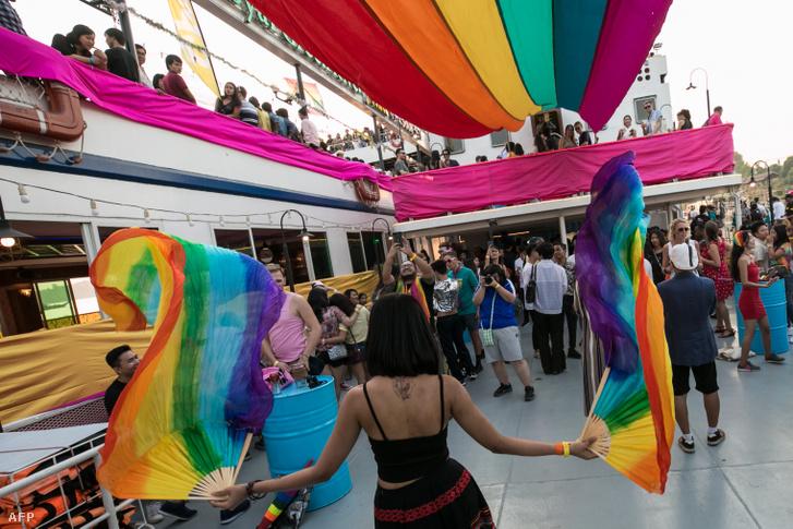 Résztvevők az LGBT által szervezett hajón Yangonban, ami része a Mianmarban szervezett fesztiválnak 2020. január 18-án