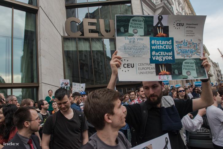 Élőlánc tüntetés a CEU Central European University nádor utcai épülete előtt 2017. április 5-én