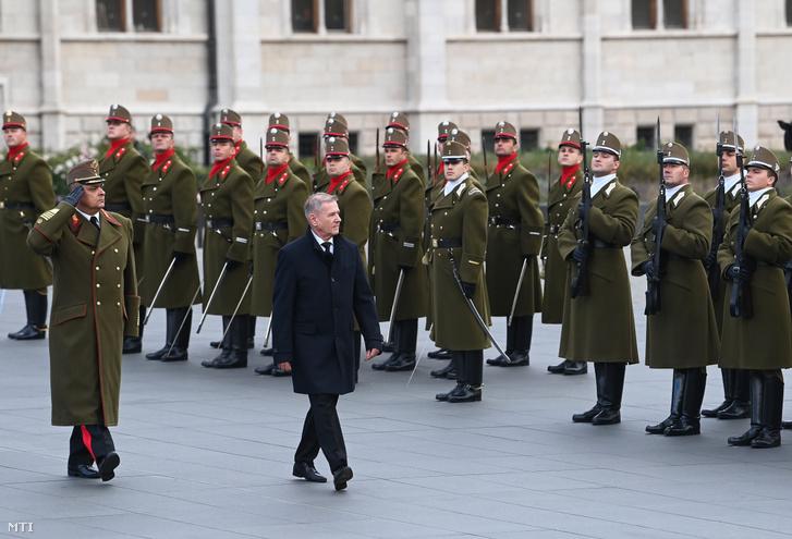 Benkő Tibor honvédelmi miniszter az aradi vértanúk emléknapján, 2020. október 6-án az Országház előtti Kossuth téren, ahol katonai tiszteletadással felvonták, majd félárbócra engedték Magyarország lobogóját.