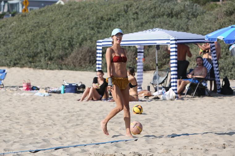 Nicsak, csak nem egy strandröplabda gurult a lábához?