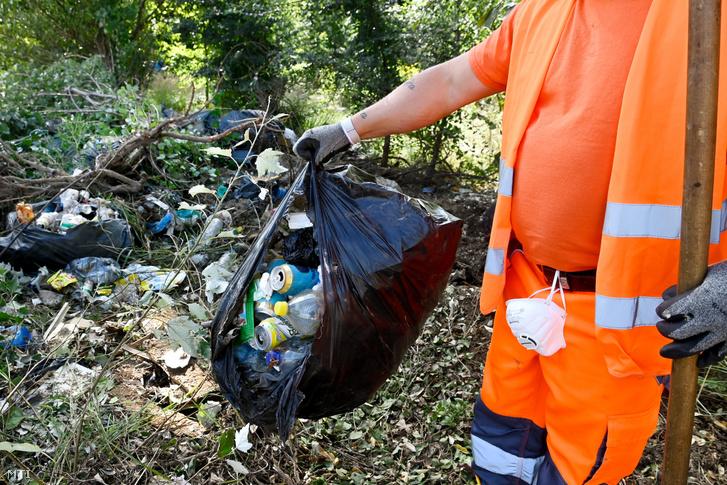 Illegálisan lerakott szemetet szednek a Magyar Közút Nonprofit Zrt. munkatársai a Tisztítsuk meg az országot program elsõ projektjének helyszínén az M6-os autópálya Ercsi csomópontjánál tartott sajtótájékoztatón 2020. augusztus 26-án. Elindult a Tisztítsuk meg az országot program amelyet egyebek mellett az illegális hulladéklerakók felszámolására hozott létre a kormány.