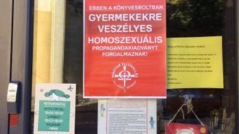 Könyvdarálás után itt a homofób kirakatragasztás