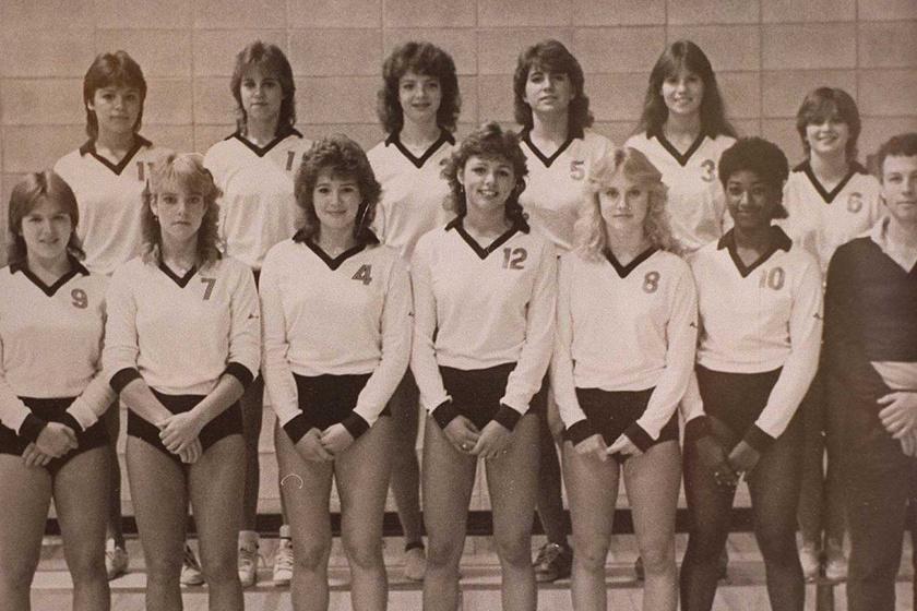 Pamela Anderson (jobbról az első a második sorban) 1983-ban a középiskolai röplabdacsapatával.