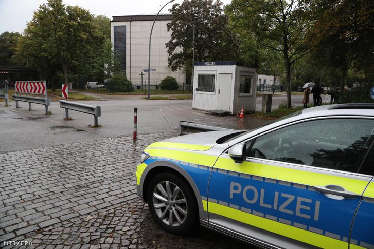 Rendőrök az eimsbütteli zsinagóga előtt Hamburgban 2020. október 5-én, egy nappal azután, hogy a helyszínen egy terepszínű katonai ruhába öltözött férfi támadt rá egy zsidó férfira. A kazah származású 29 éves német férfi a beszámolók szerint egy összehajtható ásóval támadt a 26 éves férfira, aki súlyos sérüléseket szenvedett, mielőtt a zsinagóga biztonsági őrei közbe tudtak volna lépni. Az áldozatot kórházba vitték, az elkövetőt pedig letartóztatta a rendőrség
