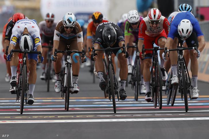 Arnaude Démare (jobbra) célfotóval előzte meg Peter Sagant (középen)
