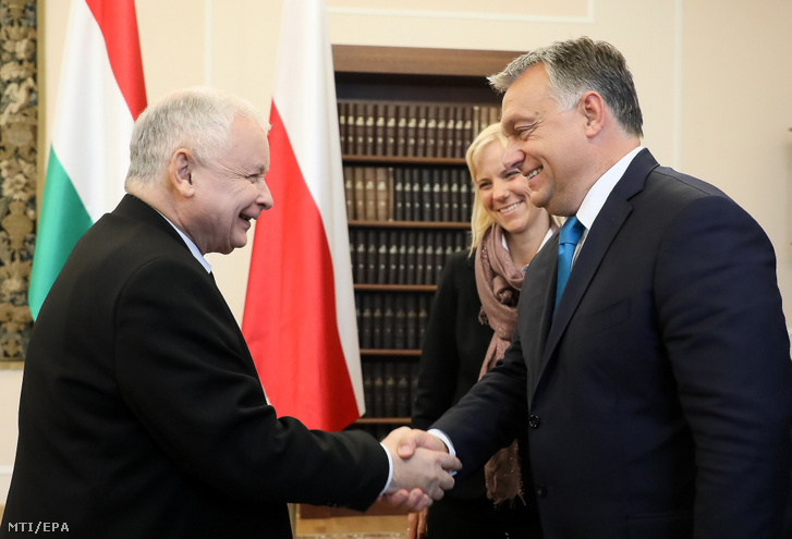 Jarosław Kaczyński, a kormányzó lengyel nemzeti konzervatív Jog és Igazságosság Pártjának (PiS) elnöke (b) fogadja Orbán Viktor miniszterelnököt Varsóban 2017. szeptember 22-én (MTI/EPA/Pawel Supernak)