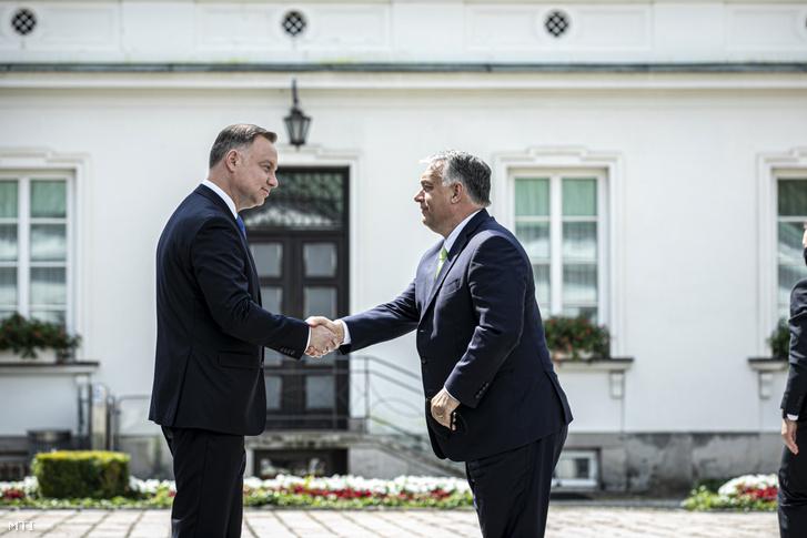 A Miniszterelnöki Sajtóiroda által közreadott képen Andrzej Duda lengyel elnök (b) fogadja Orbán Viktor miniszterelnököt a visegrádi csoport (V4) varsói csúcstalálkozóján 2020. július 3-án
