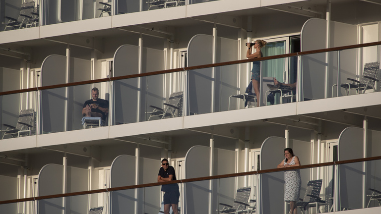 Több százezer hajós rekedt a vizeken a koronavírus miatt
