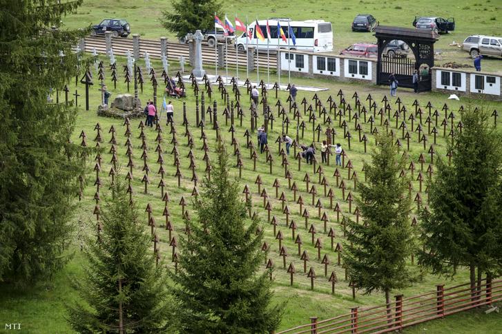 A csíkszentmártoni önkormányzat dolgozói karbantartást végeznek a Székelyföld határán fekvő Úzvölgye átalakított magyar katonai temetőjében 2019. május 17-én.