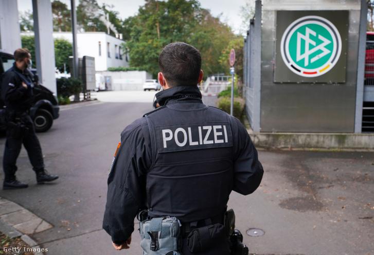 Rendőrök a DFB székházánál