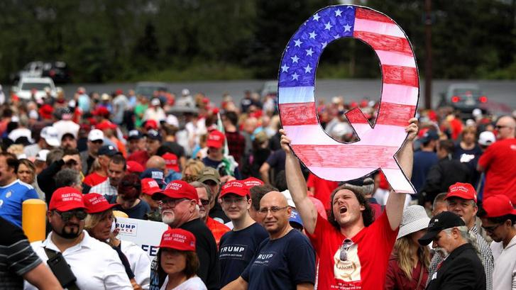 a QAnon mozgalmat jelképező Q betű Donald Turmp kampányeseményén 2018. augusztus 2-án Pennsylvaniában
