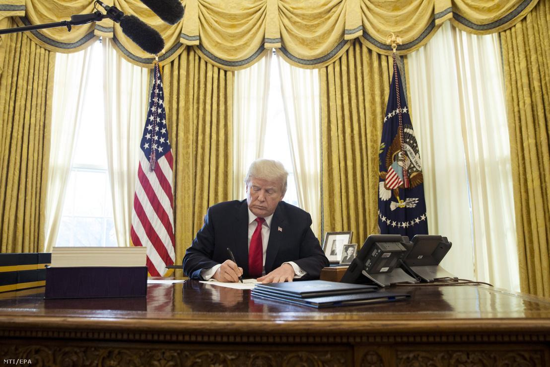 Donald Trump amerikai elnök aláírja az adóreformról szóló törvényt a washingtoni Fehér Ház Ovális irodájában 2017. december 22-én.