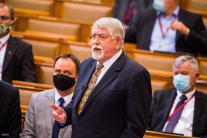 Kásler Miklós az emberi erőforrások minisztere felszólal az orvosbérek emelését és a hálapénz büntethetőségét is tartalmazó egészségügyi törvényjavaslat összevont vitája végén az Országgyűlés plenáris ülésén 2020. október 6-án. A parlament egyhangúlag 165 igen szavazattal fogadta el a jogszabályt, amely az orvosok jelentős mértékű jövőre induló többlépcsős béremelését tartalmazza. A törvény büntethetővé tette a hálapénzt. Balról Nyitrai Zsolt a Fidesz országgyűlési képviselője kiemelt társadalmi ügyekért felelős miniszterelnöki megbízott.