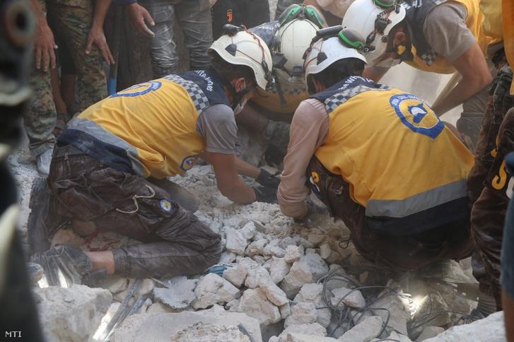 A Fehér Sisakosok nevű szíriai polgári védelmi szervezet önkéntesei túlélők után kutatnak az épületromok között a pokolgépes merénylet helyszínén, a Törökország által támogatott felkelők ellenőrzése alatt álló észak-szíriai Al-Bab városában 2020. október 6-án. Az autóba rejtett pokolgéppel elkövetett támadásban legkevesebb tizennégyen életüket vesztették