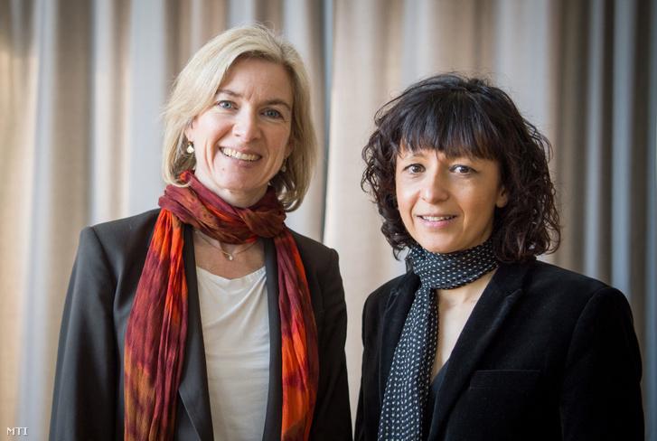 A 2020. október 7-én közreadott, 2016. március 14-én a frankfuti Goethe Egyetemen készített kép Jennifer A. Doudna amerikai biokémikusról (b) és Emmanuelle Charpentier francia mikrobiológusról. Doudna és Charpentier 2020. október 7-én megosztva kapta az idei kémiai Nobel-díjat. Az illetékes bizottság indoklása szerint a két tudós génszerkesztésben elért úttörő eredményeik miatt érdemelték ki az elismerést