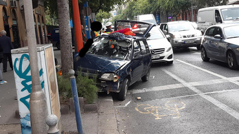 Autós üldözés volt IX. kerületben, egy fa állította meg a rendőrök elől menekülő sofőrt