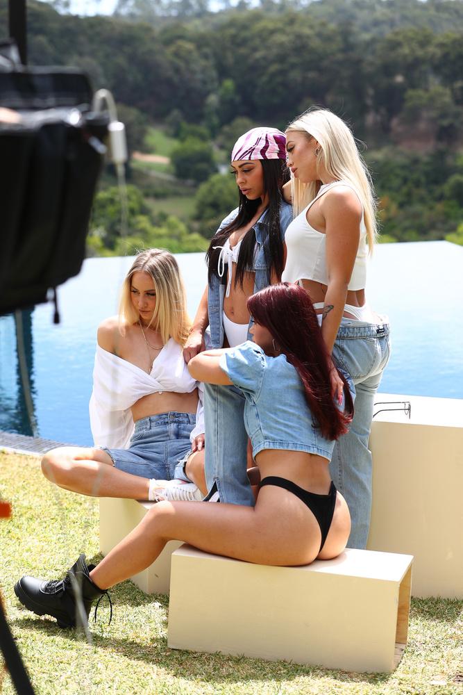 Figyelem, egy ausztrál influenszertrió debütál a Velveten! A Boohoo nevű online ruhabolt új kampányához ausztrál influenszereket kért fel, például a képünkön is látható Hembrow nővéreket.