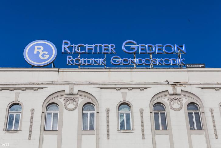 A Richter Gedeon Nyrt. gyógyszergyár reklám névfelirata Budapest belvárosában egy épület homlokzatán.