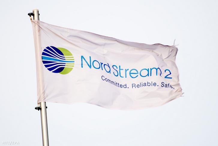A 2020. szeptember 4-én közreadott képen a Nord Stream 2 felirat egy fehér zászlón az Északi Áramlat-2 gázvezeték építési területén a németországi Lubminban 2019. március 26-án.
