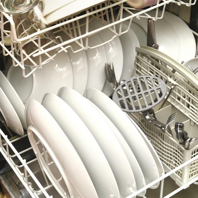 Így pakold be jól a mosogatógéped – Az sem mindegy, merrefelé néznek a tányérok