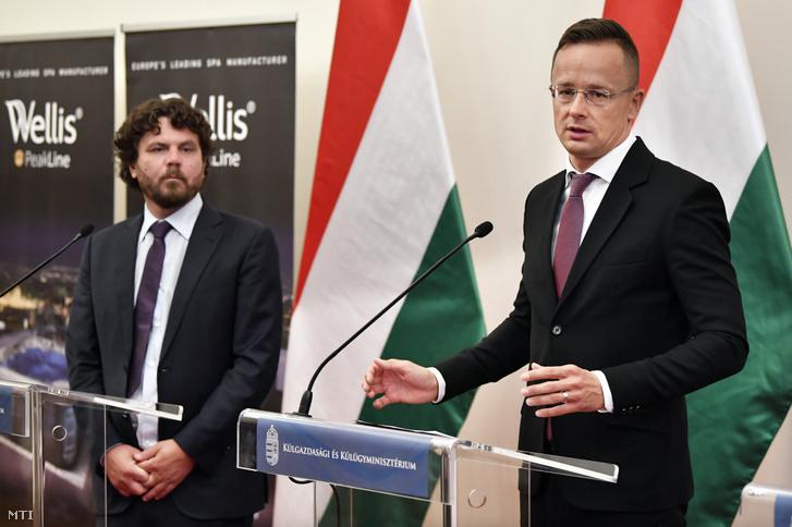 Czafik Zsolt a Wellis Magyarország Zrt. ügyvezető igazgatója (b) és Szijjártó Péter külgazdasági és külügyminiszter a Wellis Magyarország Zrt. beruházásáról tartott sajtótájékoztatón a Külgazdasági és Külügyminisztériumban 2020. október 7-én. A magyar tulajdonú cég 85 milliárd forint beruházást hajt végre Ózdon 800 új munkahelyet hoz létre a városban és környékén.