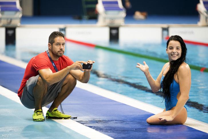 Illés Fanni és edzője, Szabó Álmos a magyar úszóválogatott edzésén a Rio de Janeiró-i Olimpiai Uszodában két nappal a riói paralimpiai játékok kezdete előtt, 2016. szeptember 5-én.