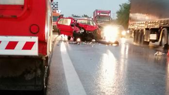 Egy fiatal nő meghalt, baleset miatt több kilométeres a torlódás az M2-esen